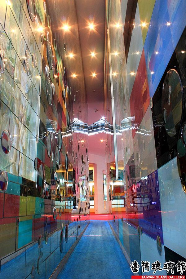 狹窄的君子巷是不是讓人想起鹿港的摸乳巷呢?/台灣玻璃館提供