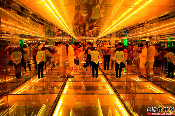 隧道內旅客驚奇的觀看/台灣玻璃館提供