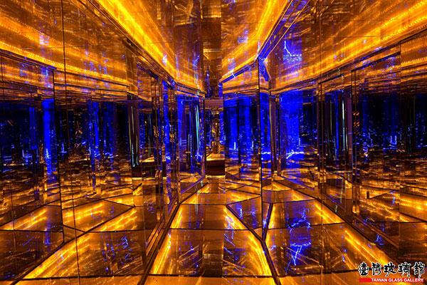 透過玻璃與光影反射,黃金隧道猶如迷宮般/台灣玻璃館提供