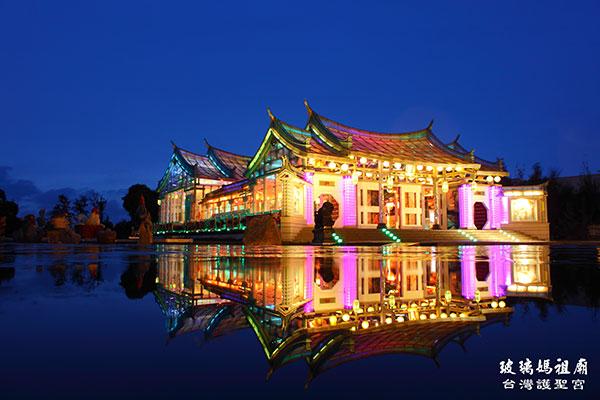 玻璃廟在雨天的倒影相當迷人/台灣玻璃館提供