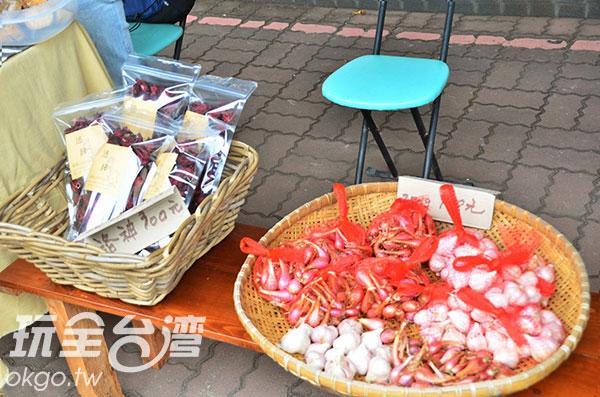 自家種植的洛神花與蒜頭/玩全台灣旅遊網特約記者蔣汶晏攝