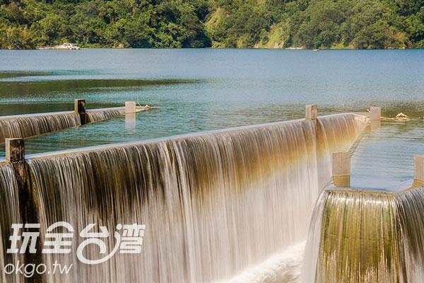 後方的快艇顯得鋸齒堰如此碩大/玩全台灣旅遊網特約記者陳健安攝