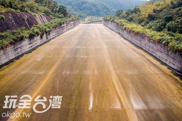 後方洩洪道,看著水流筆直而下/玩全台灣旅遊網特約記者陳健安攝