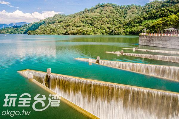 水面呈現藍綠色,倒映著藍天白雲及山巒/玩全台灣旅遊網特約記者陳健安攝
