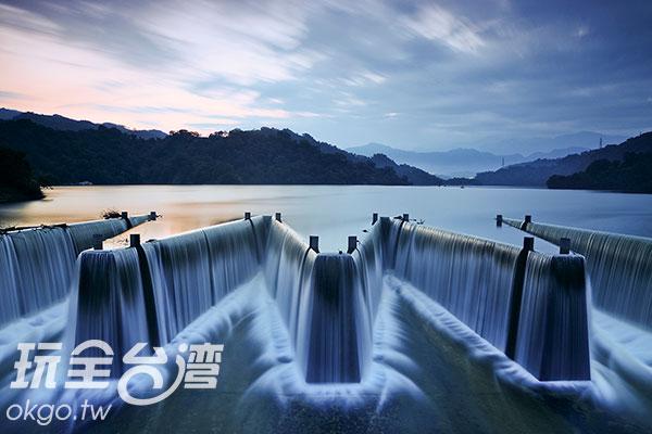 微光倒映在水面,有如幻境般/玩全台灣旅遊網特約記者陳健安攝