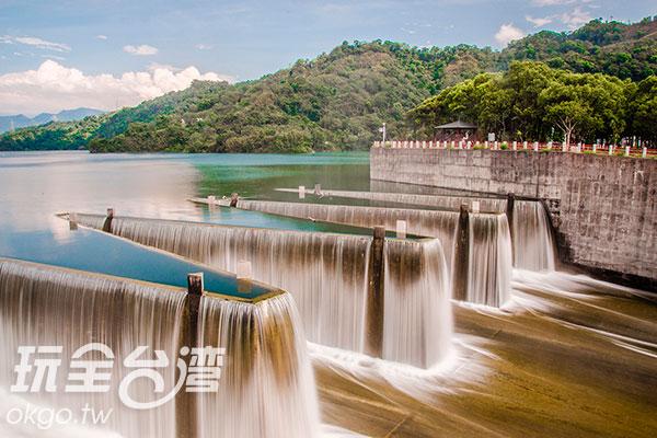 對比瀑布下,水面顯的寧靜且倒映的非常夢幻/玩全台灣旅遊網特約記者陳健安攝