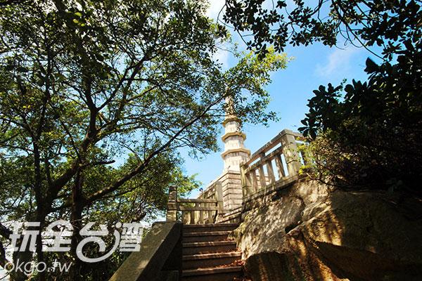 沿著階梯往上看,可看到潔白聳立的倒影塔/玩全台灣旅遊網攝