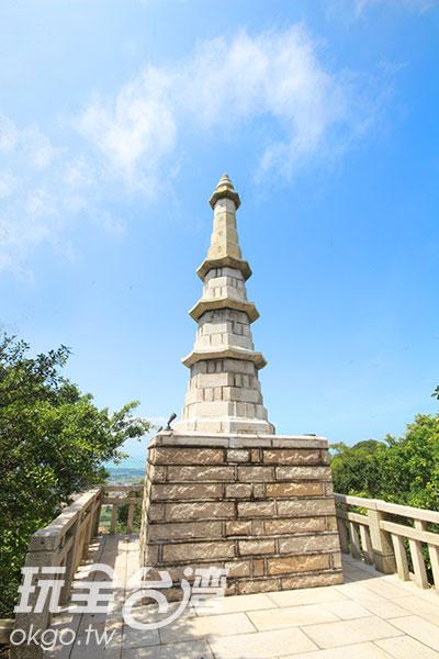 白皙的高塔與藍天讓人放鬆心情/玩全台灣旅遊網攝