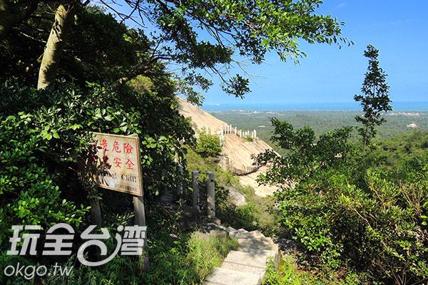 懸崖步道旁立著警示牌,要前往行走的旅客注意安全/玩全台灣旅遊網攝