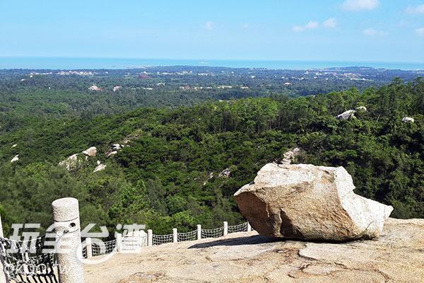 懸崖步道頂端有大石頭散置/玩全台灣旅遊網攝