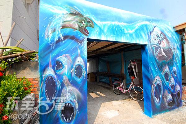 海底的猛獸張的大口往路人襲來/玩全台灣旅遊網攝