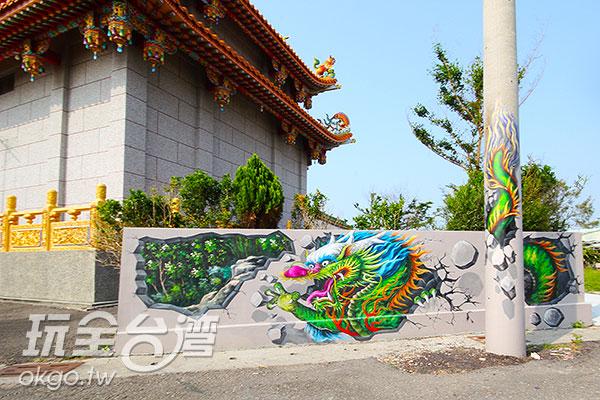 融和廟宇特色,中國龍的尾巴攀附著電線杆/玩全台灣旅遊網攝