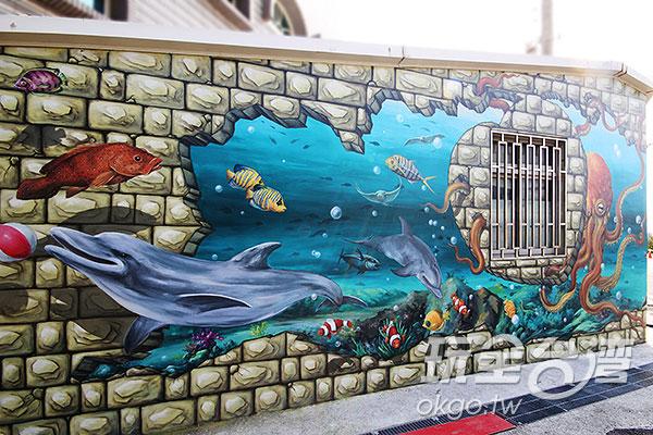 創作融合了既有的窗戶,讓其成為海底世界的一環/玩全台灣旅遊網攝