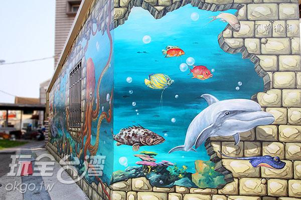 可愛的海豚游出了海底世界/玩全台灣旅遊網攝