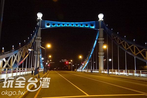 藍天白雲橋夜裡放光芒/玩全台灣旅遊網特約記者楊昌林攝