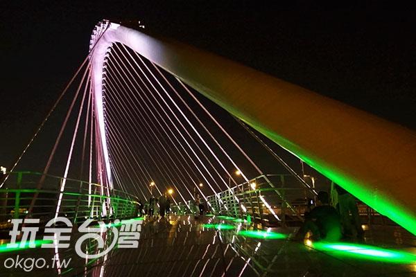 浪漫清人橋入夜後,燈光會不斷變化/玩全台灣旅遊網特約記者楊昌林攝
