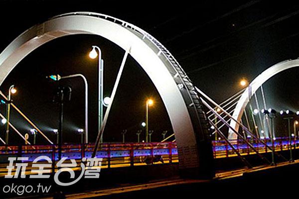 側看新桃花園橋/玩全台灣旅遊網特約記者楊昌林攝