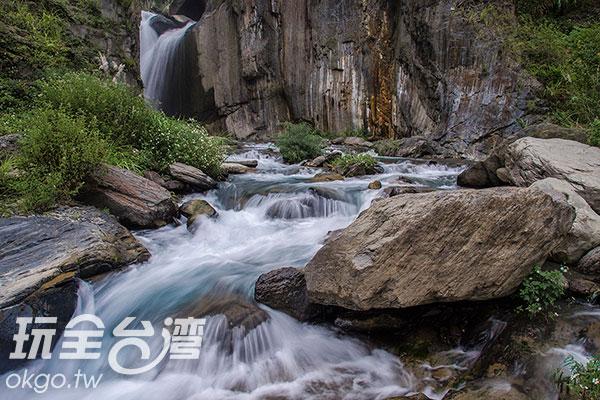 看著溪流、望著瀑布,身心徹底沉澱、放空/玩全台灣旅遊網特約記者陳健安攝