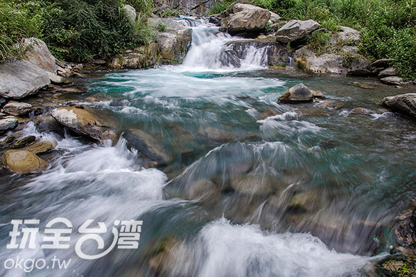 下切到溪河旁,還未看見瀑布/玩全台灣旅遊網特約記者陳健安攝
