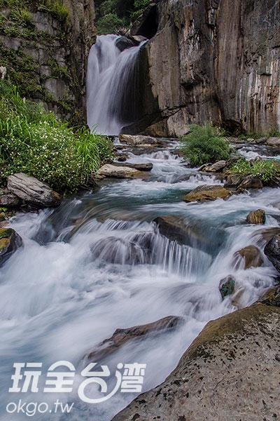找塊岩石席地而坐,讓雙腳泡在冰涼溪水/玩全台灣旅遊網特約記者陳健安攝