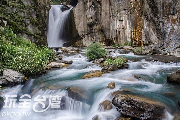 溪水沿著地形,時而順流時而傾瀉/玩全台灣旅遊網特約記者陳健安攝
