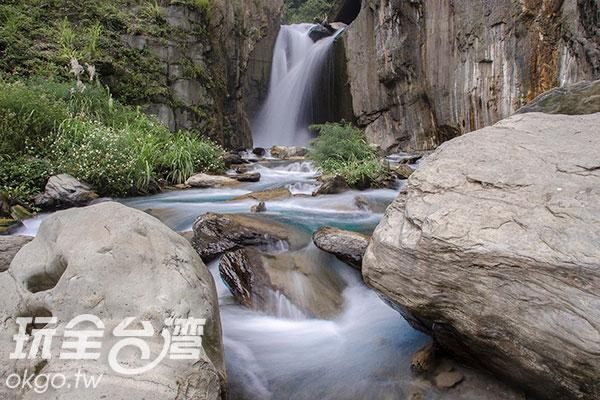 轉過彎後,便可看見「夢谷瀑布」/玩全台灣旅遊網特約記者陳健安攝
