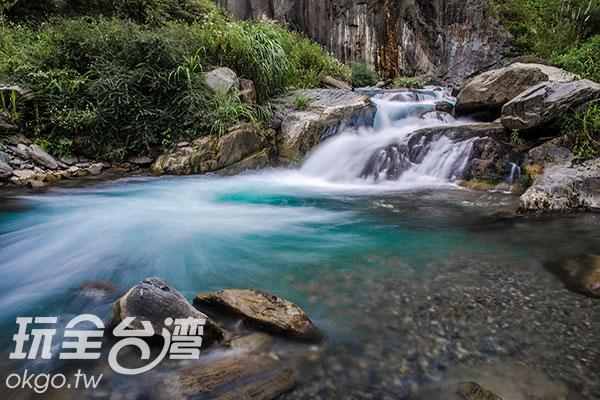 溪水透著美麗的藍綠色/玩全台灣旅遊網特約記者陳健安攝