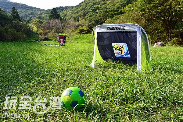 草地上的簡易足球場,踢一場大屯山上的世界盃/玩全台灣旅遊網特約記者奈奈攝