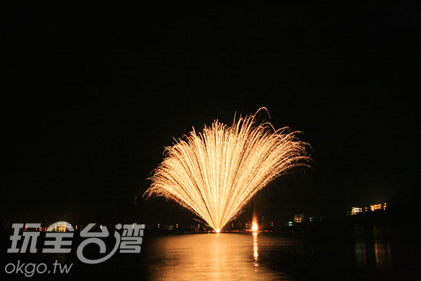 巨大的煙花照亮了潭面/玩全台灣旅遊網攝