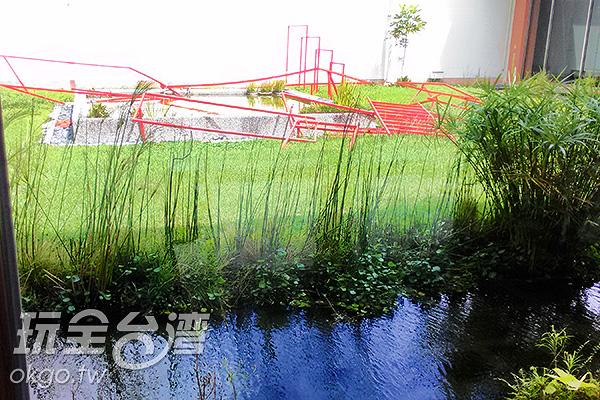 美術館中央鏤空的空間,是一方色彩交織的小天地。/玩全台灣旅遊網特約記者蔡佩珊攝