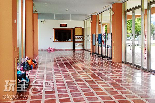 進入寬敞明亮的大廳,服務台就在右側。/玩全台灣旅遊網特約記者蔡佩珊攝