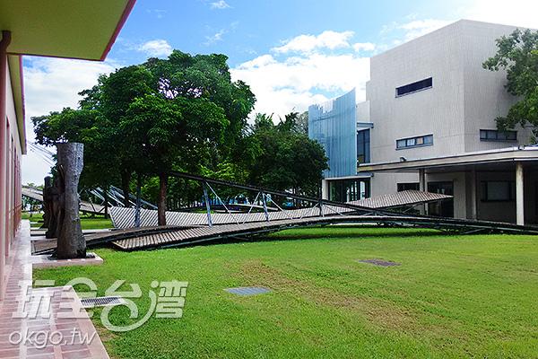 綠地上交疊著棕色的線條。/玩全台灣旅遊網特約記者蔡佩珊攝