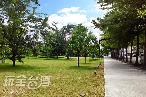 美術館外的林蔭大道,隨著樹影變化景色。/玩全台灣旅遊網特約記者蔡佩珊攝