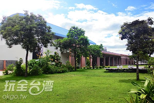 這側有著藍色屋頂的是展覽館/玩全台灣旅遊網特約記者蔡佩珊攝