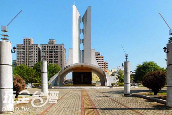 進入公園即可看到高聳的記念碑/玩全台灣旅遊網特約記者楊昌林攝