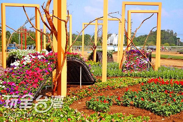 群花裡的裝置作品/玩全台灣旅遊網特約記者楊昌林攝