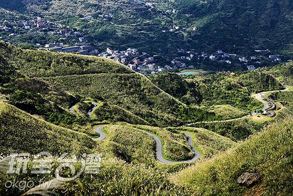 往金瓜石方向看去,瓜山國小的操場在群山中特別顯眼/玩全台灣旅遊網特約記者奈奈攝