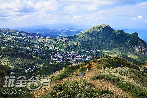 攀上山頂回望金瓜石方向,清楚地看見基隆山與金瓜石地區/玩全台灣旅遊網特約記者奈奈攝