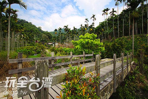 通過這座小橋,我們即將抵達目的地/玩全台灣旅遊網攝