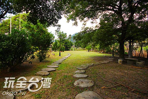 停好車後,沿著小徑直行/玩全台灣旅遊網攝