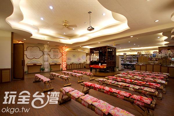 台灣花布製成的坐墊非常亮眼,遠方為阿嬤的紅眠床/玩全台灣旅遊網攝