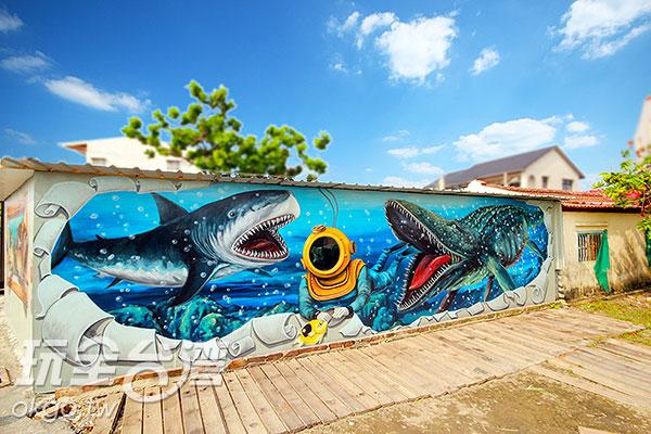 除了刺激的鯊魚,也有可愛的海豚躍出牆外/玩全台灣旅遊網攝
