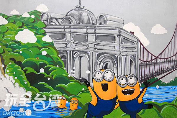 在巴洛克建築前合照的小小兵/玩全台灣旅遊網攝