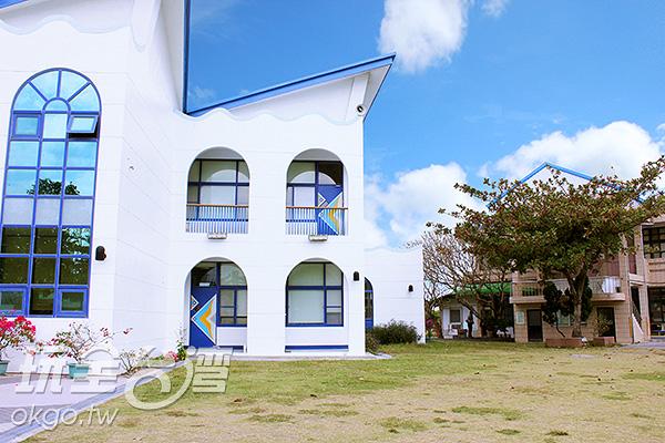 深藍色的弧形欄杆透露出悠閒的渡假風/玩全台灣旅遊網攝