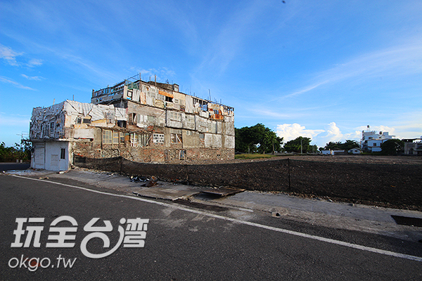 一大片平面的土地,凸顯出小屋的獨特/玩全台灣旅遊網攝