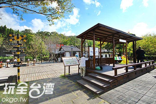 候車亭有新人在拍照/玩全台灣旅遊網攝