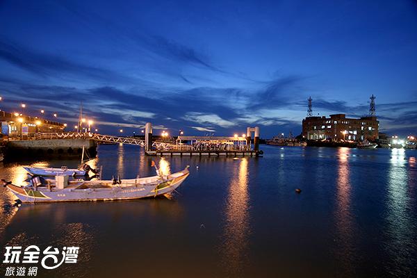 由淡水老街搭乘交通船前往魚人碼頭很是便利/玩全台灣旅遊網攝