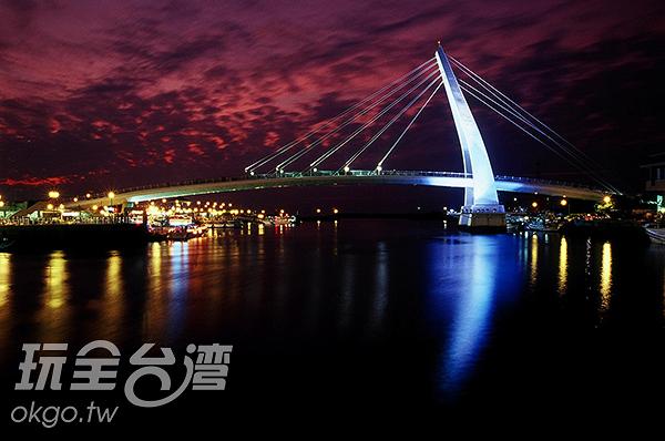 晚霞與夜色相融的情人橋/玩全台灣旅遊網攝