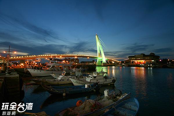 被點亮霓虹的情人橋/玩全台灣旅遊網攝