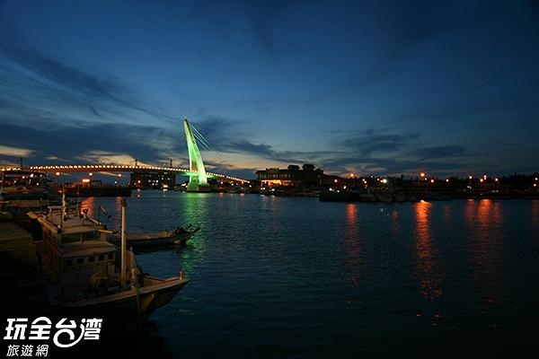 水面倒映燈光瀰漫著浪漫氣氛/玩全台灣旅遊網攝